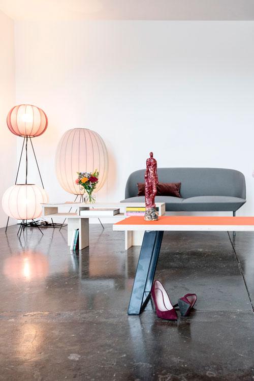 Bænk med Midnight Blue bordben i hygge miljø, der også inkludere lamper, sofa og Nybyggerbænken.
