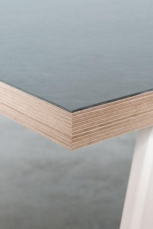 Bordplade med linoleum og hvide bordben