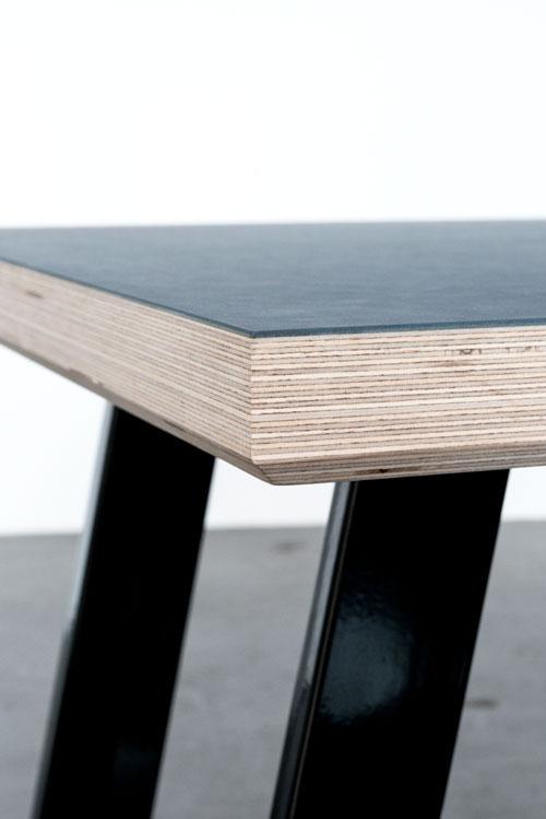 Bordplade med linoleum og sorte bordben