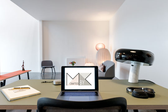 Kontor indretning med linoleums skrivebord med computer og retro lampe