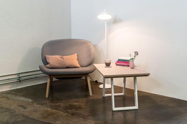 Læsekrog med et powder farvet sofabord med hvide u-shaped concave bordben med tilhørende lænestol