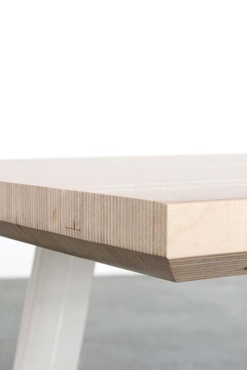 Lamel bordplade med tablet holder og hvide bordben set fra hjørne