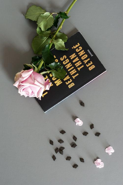 Linoleums bordplade med bog, lakridser og rose