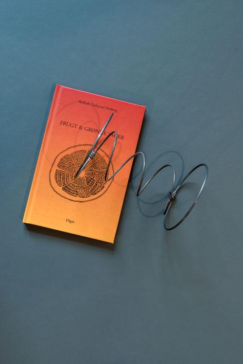 Linoleums bordplade med bog og fjeder