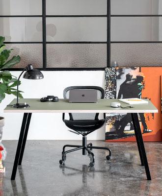 Linoleums_skrivebord_med_sorte_concave_bordben