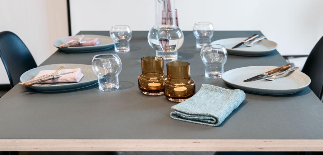 Opdækket spisebord med linoleums bordplade