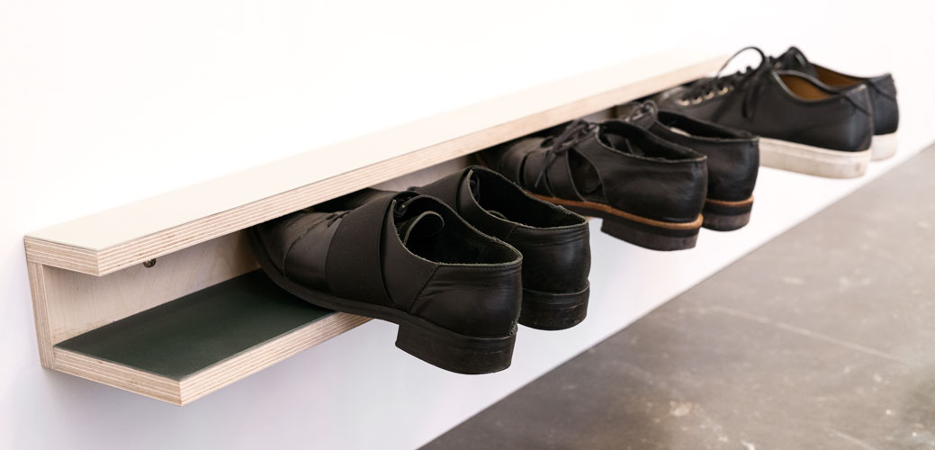 Skohylde i forskellig farvet linoleum og 3 par sko