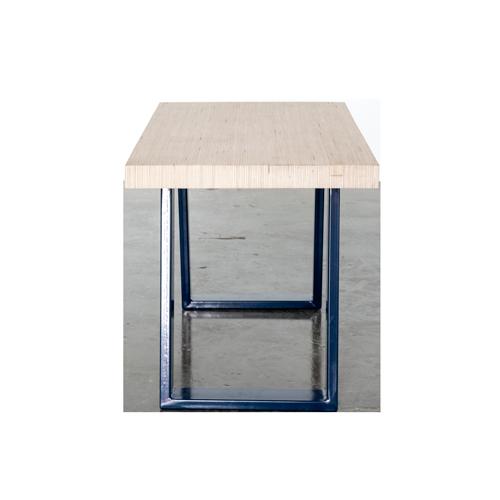 Sofabord med lamel bordplade og tablet holder, u-shaped concave bordben i midnight blue påsat