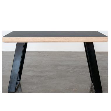 Sofabord med sorte u-shaped concave bordben i metal med linoleums bordplade