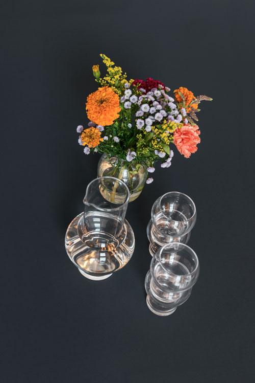 Spisebord set oppe fra i mørk blå linoleum med gals og blomster
