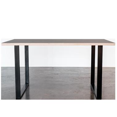 Spisebord med linoleums bordplade og sorte u-shaped bordben