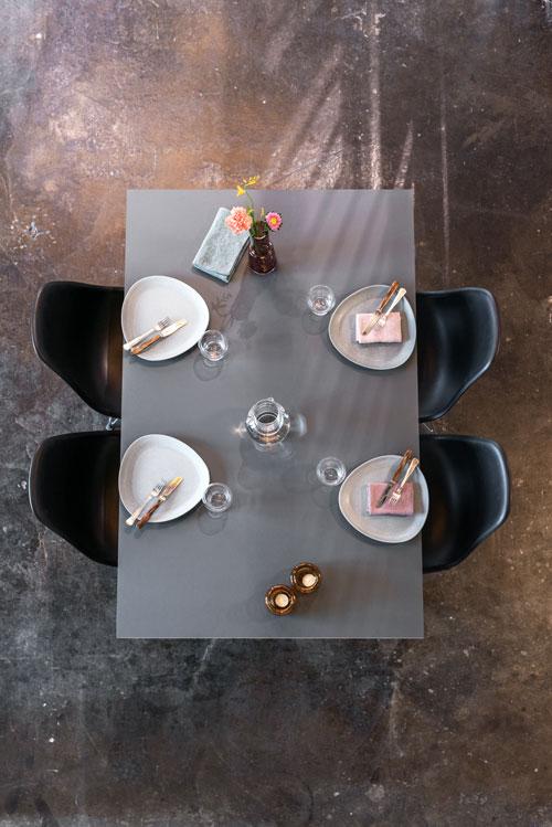 Spisebord_med_tallerkner_bestik_blomster_og_stole