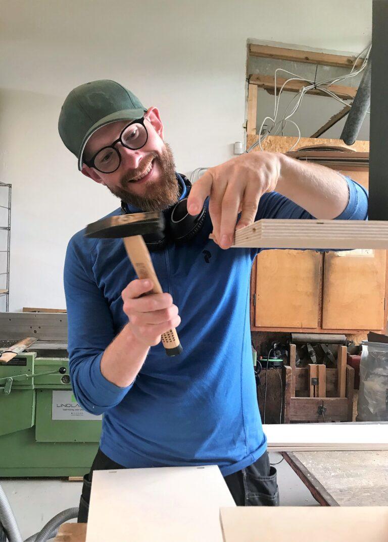 Kristian bygger specialbygget reol i birkefinér og linoleum i farverne powder og conifer.