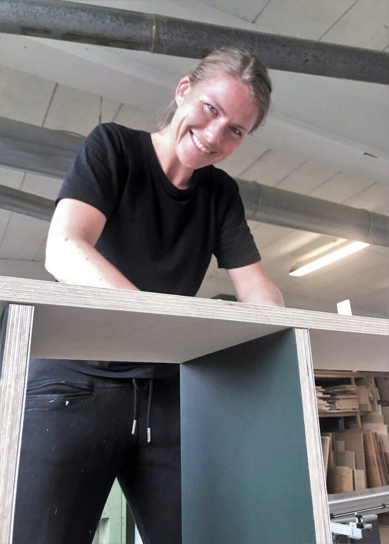 Maria bygger specialtbygget reol i birkefiner og linoleum i farverne conifer og powder.
