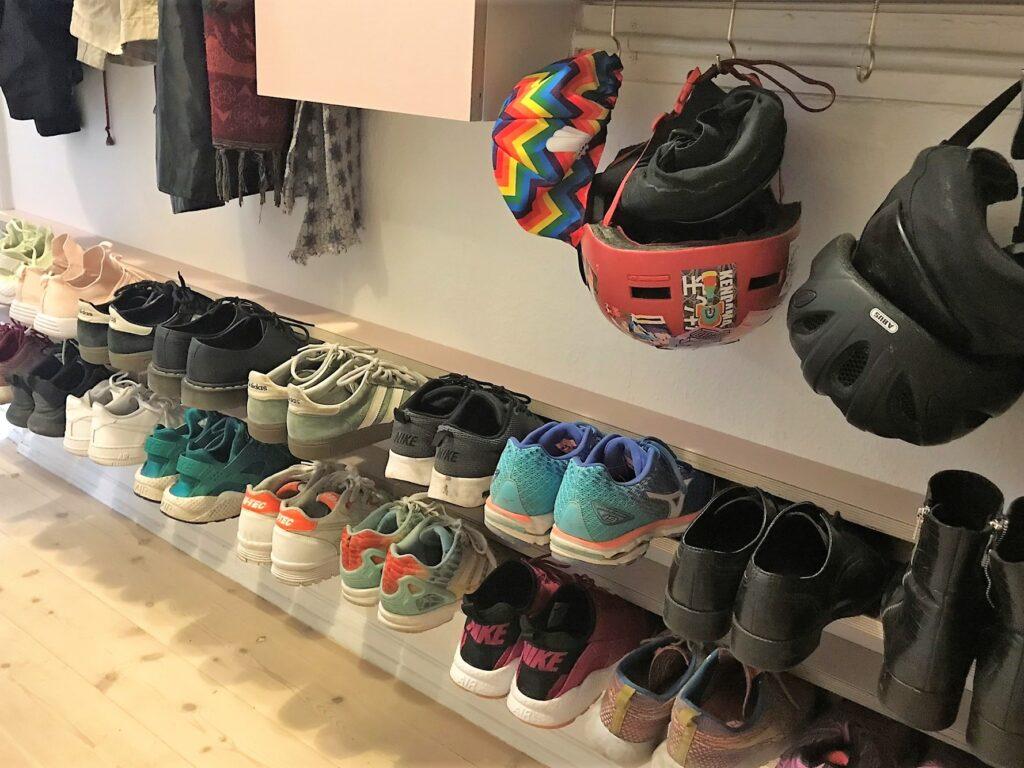 Entré opbevaringsløsning til alle dine sko. Skohylde i linoleum i farverne powder og burgundy