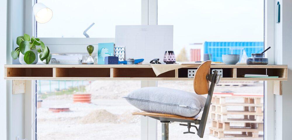 Specialdesignet skrivebord indbygget i vinduesramme med flot udsigt og masser af lys.