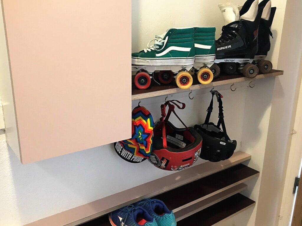 Opbevaring til entre med skohylder, elskab og knager med plads til rulleskøjter sko og meget mere