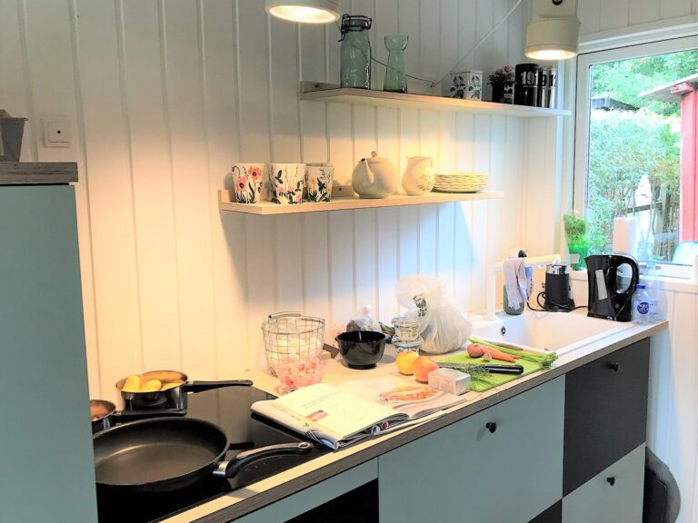 Madlavning i kolonihave køkken i linoleum farverne pistachio og conifer. Linoleums hylder i krydsfinér i farven pistachio