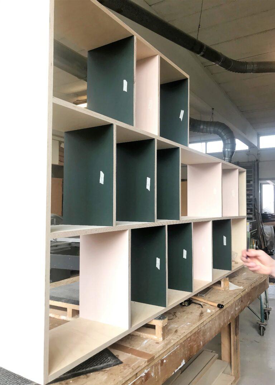 Specialbygget møbel, reol, i birketræ og linoleum. Farver conifer og powder.